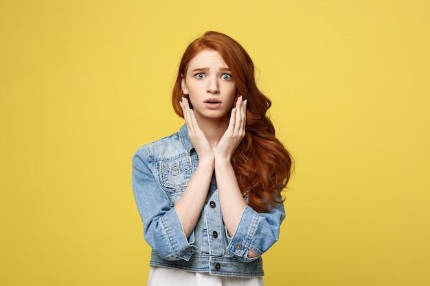 クローズアップ肖像画若い美しい魅力的な赤毛の女の子何かにショックを与える。