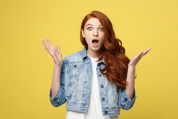 クローズアップ肖像画驚くばかりの若い美しい魅力的な赤毛の女の子は何かに衝撃を与える。