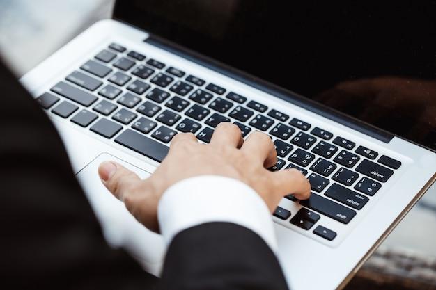 Бизнес-концепция - молодой бизнес-мужчина, окутывающий финансовый план. анализ стратегии.
