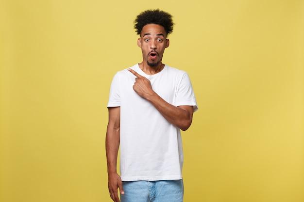 興奮した表情をしているカジュアルな白いシャツのアフリカ系アメリカ人