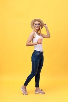 Портрет жизнерадостной молодой женщины в летней одежде во время постановки