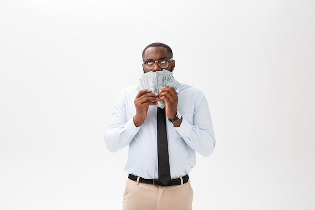 Афро-американский бизнесмен, холдинг наличными и серьезный, глядя на камеру. крытый, изолированные на сером фоне.