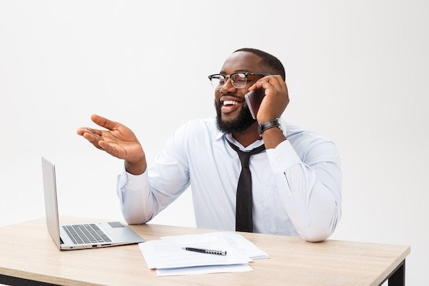 陽気で幸せな若い浅黒い肌の実業家がオンラインでメッセージング