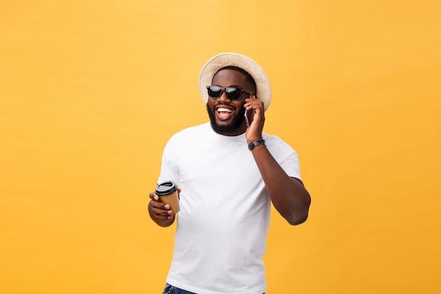 携帯電話でハンサムなアフリカ系アメリカ人とコーヒーカップを奪う。