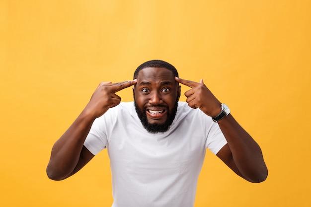 Портрет афро-американского человека с поднятыми руками в шоке и неверии. изолированные на желтом фоне.