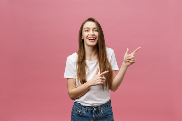 Женщина указывая пальцем на камеру и зубастая улыбка.
