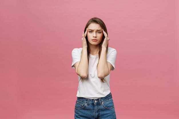 女の子はひどい頭痛に苦しみ、指で頭を圧縮します