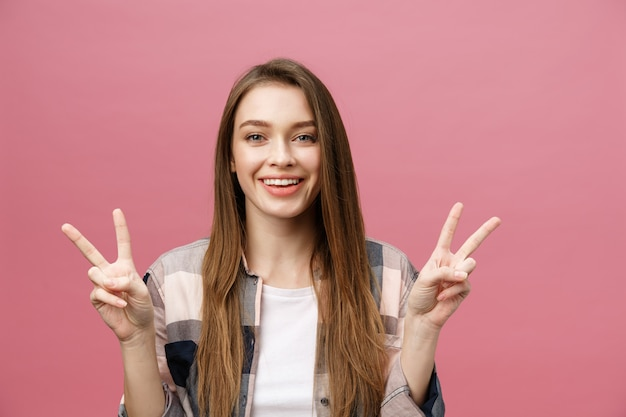 孤立した背景の笑顔の上の若い白人女性