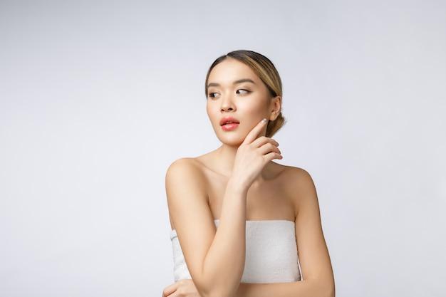 化粧品の美しいアジアの女性の化粧の肖像画