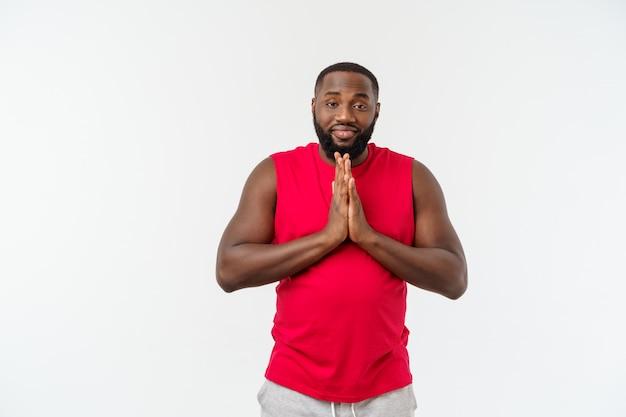 Изолят человека молодого спорта афро-американский признавая над серым цветом.