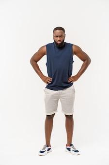 若いスポーツ不幸なアフリカ系アメリカ人と何かに不満。