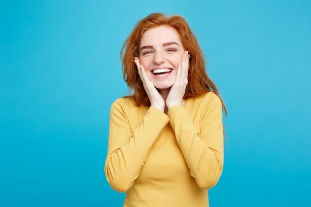 Концепция образа жизни - портрет веселый счастливый рыжий рыжий волосы девушка с радостной и захватывающей улыбкой на камеру. изолированные на фоне голубой пастель. копирование пространства.