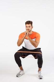 Красивый молодой спортсмен в спортивной одежде