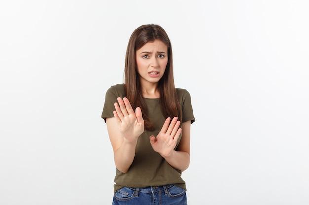 沈黙と誤解を表現する、言葉に関係のないショックを受けて怒っている女性の孤立したショットは、おびえた。グレーで分離