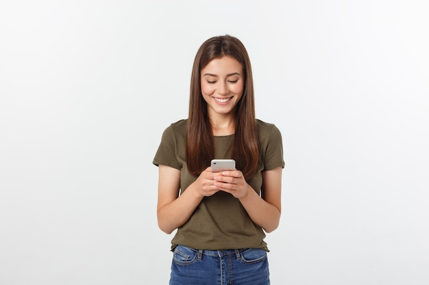 話して笑っている女性と、白で隔離電話でテキストメッセージ。