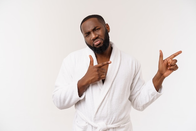 Черный парень в халате, указывая пальцем с удивлением и счастливой эмоцией.