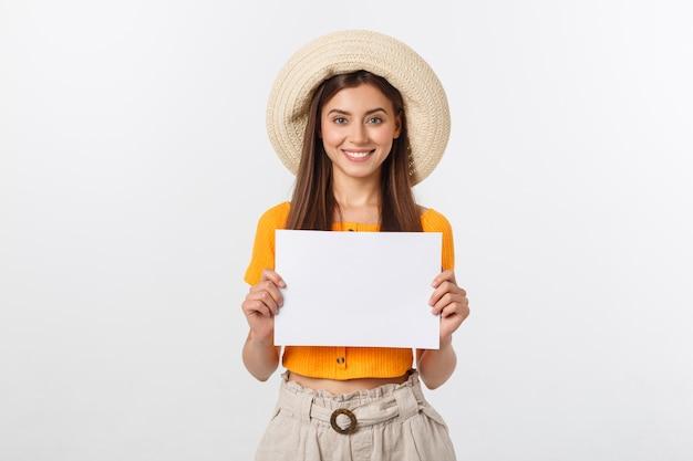 女性持株ブランクカード。白い笑顔の女性の肖像画に分離