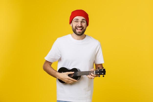 若いハンサムなギタープレーヤー。