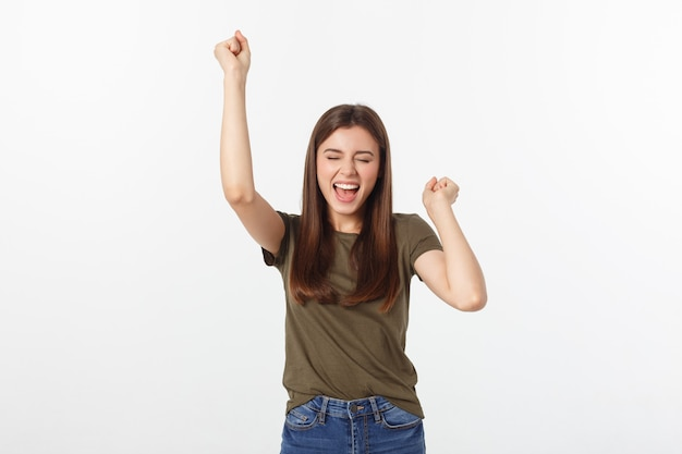 Победа успех женщина счастлива восторженные празднования быть победителем. динамичный энергичный образ кавказской женской модели на белом фоне
