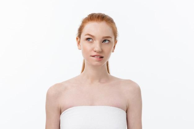 美しい女性女性の肌ケア健康な髪と肌は顔の美しさの肖像画を閉じます。