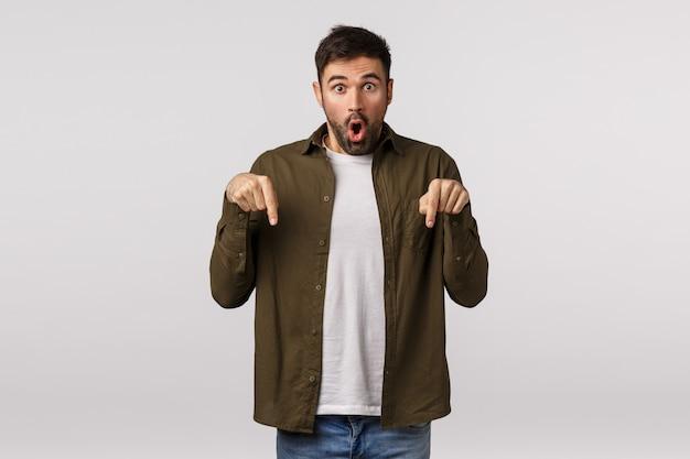 Впечатленный, потерявший дар речи и удивленный мужчина видит выдающееся событие рядом, указывая пальцами на складывающиеся губы, изумляясь, говорит: «вау!»