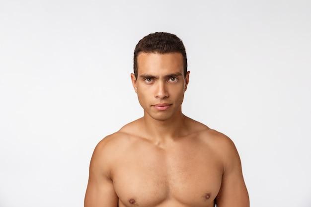 シャツなしの筋肉アフリカ系アメリカ人の肖像画。孤立した