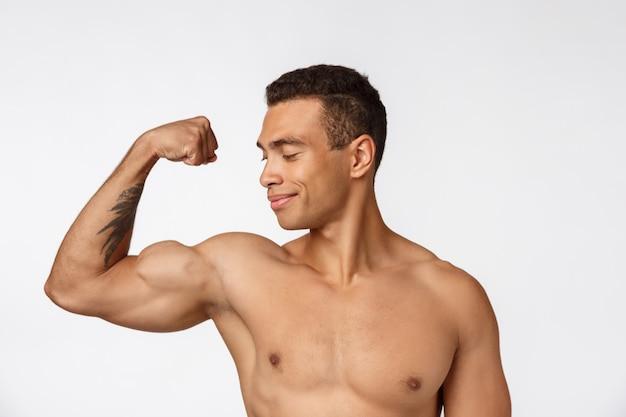 Портрет мускулистого афро-американского человека без рубашки. изолированные
