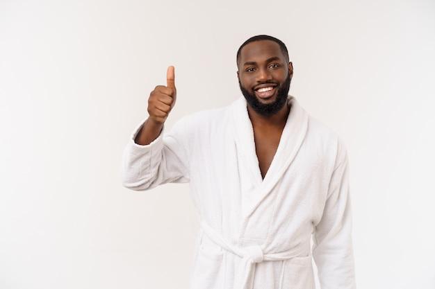 Черный парень в халате, указывая пальцем с удивлением и счастливой эмоцией. изолированные.