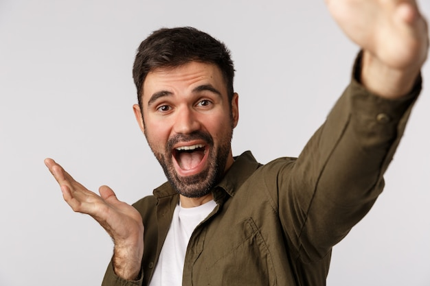 Счастливый и веселый бородатый парень в коричневой шубе