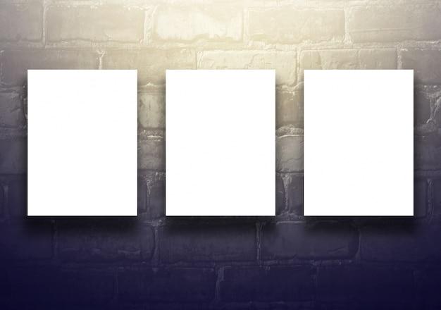 Студия фон с пустой рекламный щит на черной кирпичной стене - хорошо использовать для настоящих продуктов. винтаж тонированный.