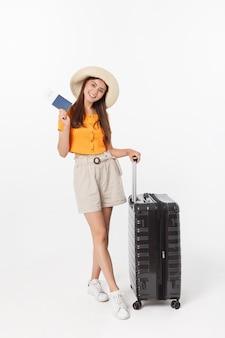 旅行の準備ができてオレンジブラウスと美しい女性