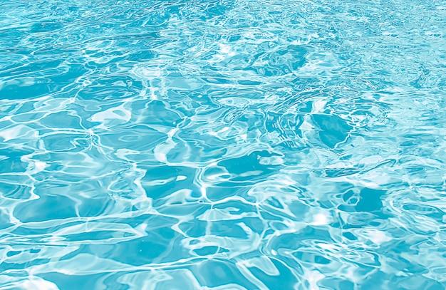 青いスイミングプールは水の詳細を波立たせた