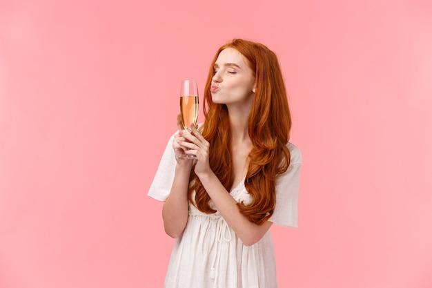 Рыжая девушка с бокалом шампанского в белом платье