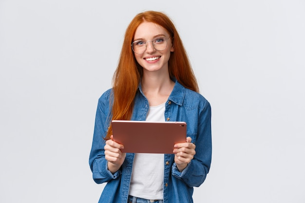 Красивая рыжая женщина коллега держит цифровой планшет
