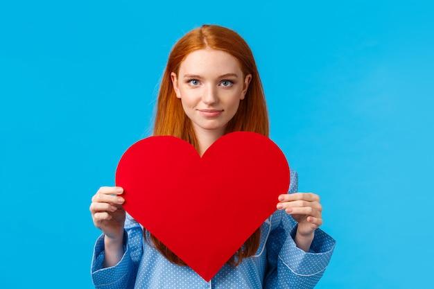 バレンタインデーのコンセプトです。自信と大胆なかわいい赤毛の女性