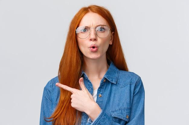 混乱して揺さぶられた質問された赤毛の女性が質問し、ショックを受けて不快に見つめた