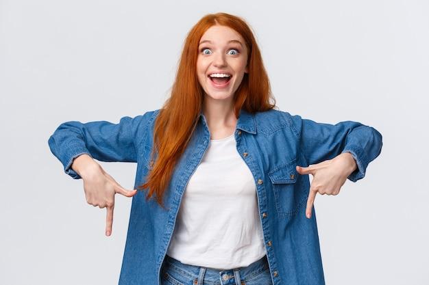 上半身肖像画の幸運で幸運な赤毛の女の子が賞を獲得し、挑戦的な目標を達成する