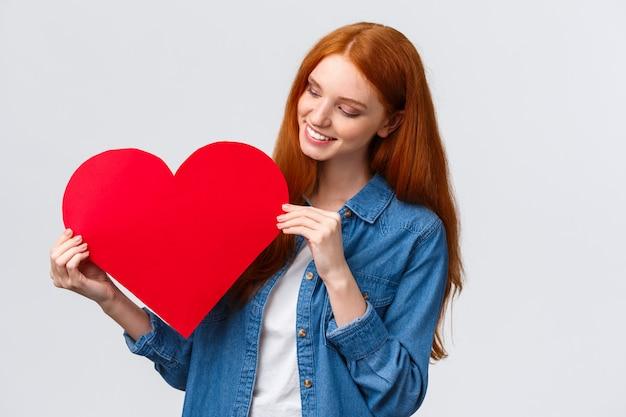 バレンタインの日、同情と関係の概念。素敵な創造的なかわいい赤毛の女の子