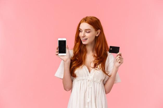 ショッピング、金融、人々のコンセプトです。彼女のショッピングカードを示す魅力的な白人赤毛の女性