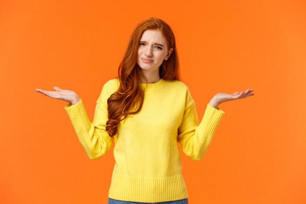 とんでもない愚かな質問を聞いている女の子、不注意で邪魔されないかわいい赤毛の女性