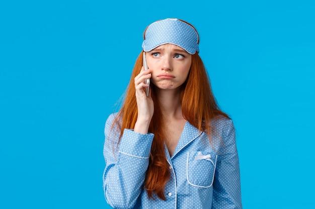 悲しい女性が友人に電話して問題を訴え、議論する。動揺悲観的なかわいいやめなさい赤毛の女性
