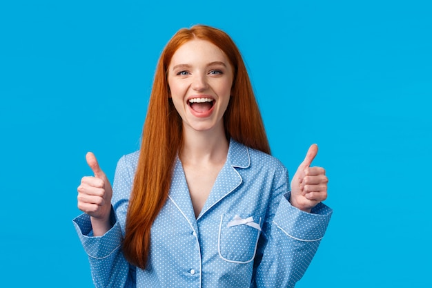 超クールな製品、それを購入。ナイトウェアで幸せで熱狂的な陽気なかなり赤毛の女性