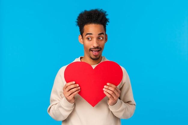 Возбужденный и счастливый афроамериканский парень в любви, признаться в своих чувствах на день святого валентина