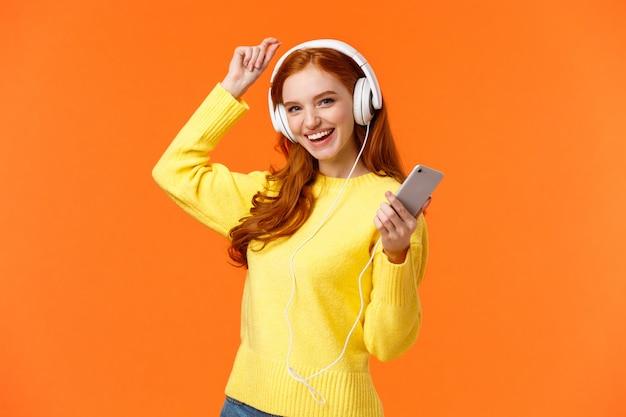 Давайте потанцуем. веселая беззаботная современная хипстерская женщина с рыжими вьющимися волосами и веснушками