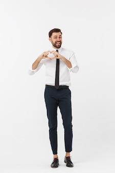 Бизнес-концепция: портрет очаровательной привлекательной бизнесмена, держась за руки в сердце жест