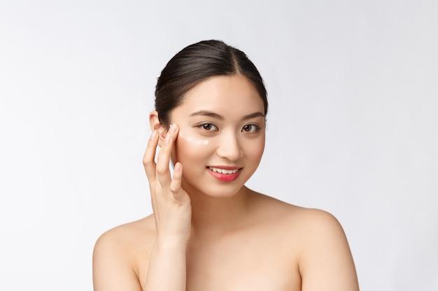 肌ケア美容女性美容女性美容クリームを適用笑顔