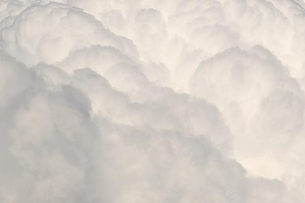 Большое белое серое облако
