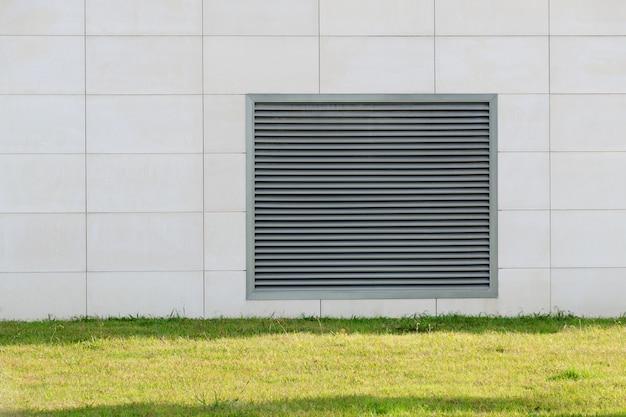 Решетки ставни вентиляционные накрывают на стену дома.