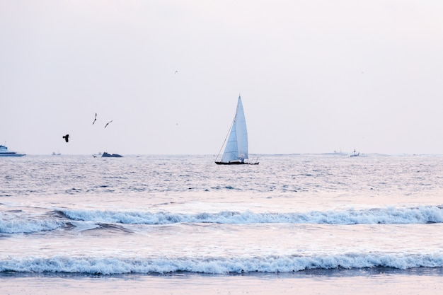Парусный спорт на ветру сквозь волны на море