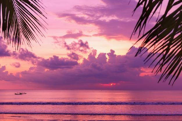 Фиолетовый закат над видом на пляж